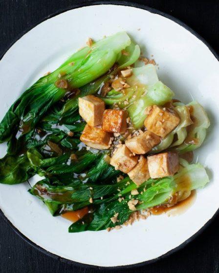 Китайская капуста пак-чой с тофу и арахисом