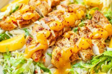 Салат с рисовой лапшой, курицей и манго