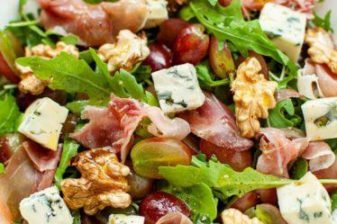 Салат с виноградом, пармской ветчиной и грецкими орехами