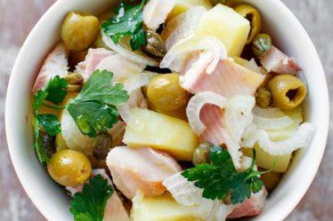 Картофельный салат с копченной форелью