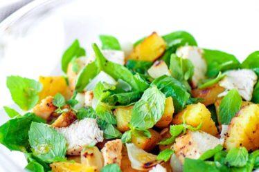 Салат с курицей, ананасом и мятой