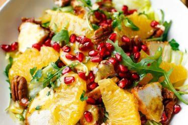 Салат с курицей-гриль, апельсином и орехами