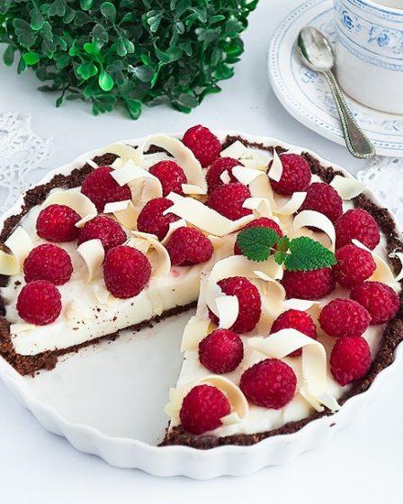 Тарт с Панна-коттой и малиной с шоколадной основой