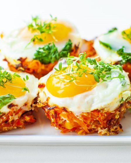Яйца, запеченные в морковных корзинках