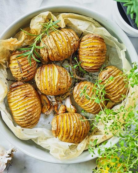 Картофель Хассельбек со свежей зеленью и чесноком
