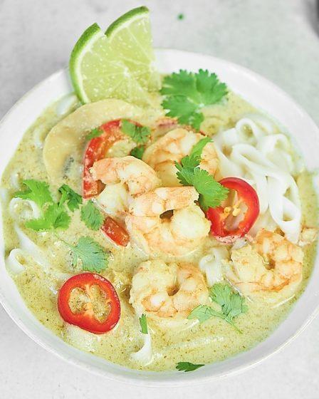 Острый тайский суп с креветками и зеленым карри