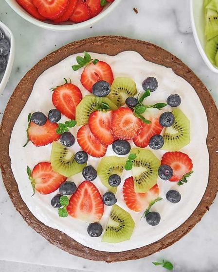 Пицца брауни с кремом и фруктами-1