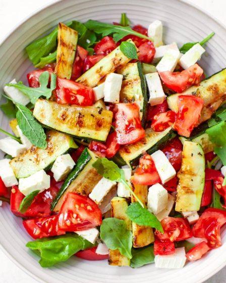 Салат с цуккини, помидорами и сыром фета