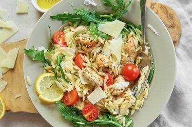 Салат с макаронами орзо, курицей и сыром пекорино