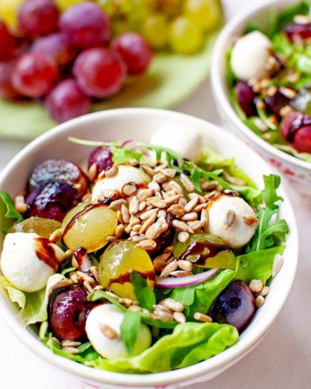 Салат с виноградом и сыром моцарелла