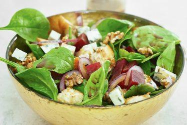 Салат со свеклой, голубым сыром и бальзамическим соусом