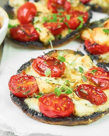 Запеченные грибы портобелло с горгонзолой и помидорами