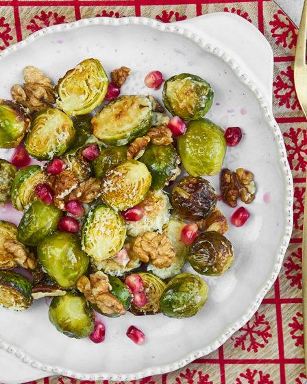 Запечённая брюссельская капуста с пармезаном и орехами