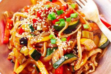 Лапша чоу мейн с овощами по-корейски