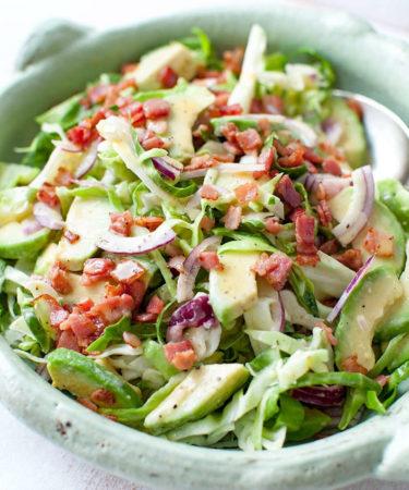 Салат из капусты, авокадо и шкварок