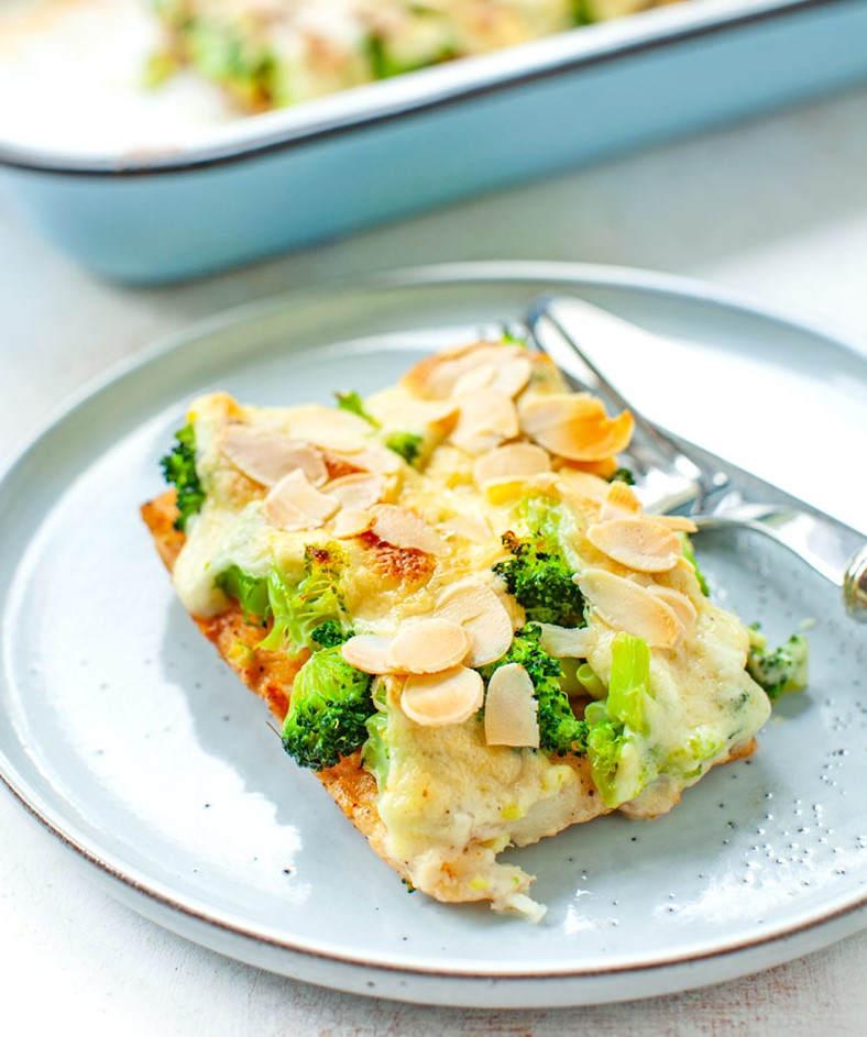 Запеченная рыба с брокколи и соусом